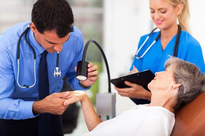 Осмотр у врачей при псориазе
