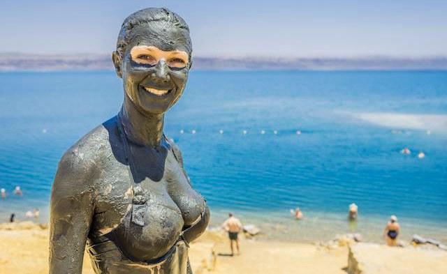Женщина в грязи на море